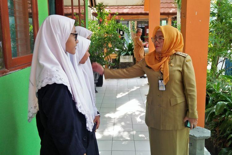 Kepala SMA Negeri 1 Kebomas, Dian Kartikowati (kanan), saat menyapa anak didiknya di sela waktu ujian.