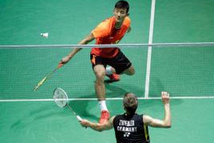 Pebulu tangkis Tiongkok, Chen Long, mengembalikan kok ke arash pemain Jerman, Marc Zwiebler, pada babak kedua Tiongkok Terbuka (China Open) di Fuzhou, Kamis (13/11/2014).