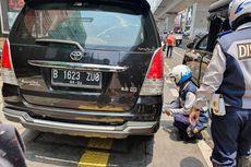 Petugas Cabut Pentil Kendaraan yang Parkir di Trotoar Jalan Fatmawati