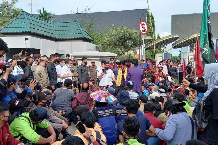 Wakil Gubernur Kaltim Hadi Mulyadi saat menemui para demonstran di depan kantor Gubernur Kaltim, Jalan Gajah Mada, Samarinda, Rabu (21/10/2020).