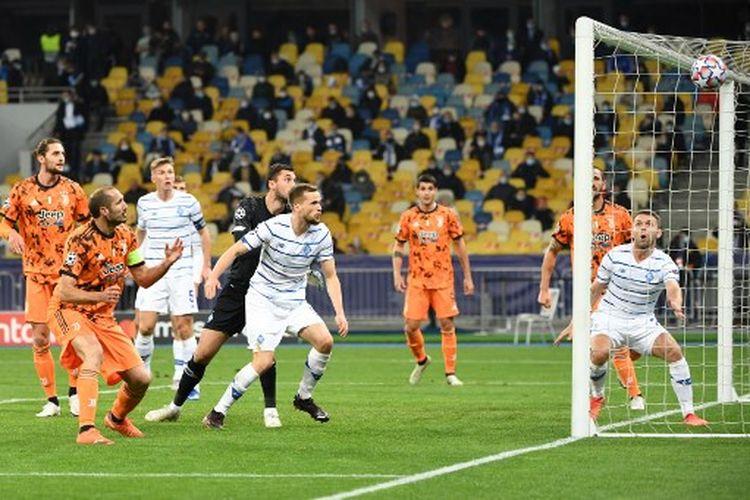 Giorgio Chiellini (kiri) pada laga pertama Grup G Liga Champions yang mempertemukan Dynamo Kiev vs Juventus di di Stadion NSK Olimpiyskiy, Selasa (20/10/2020).