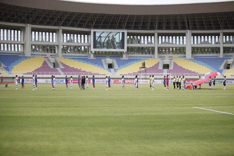 Para pemain Arema FC dan Tira Persikabo berbaris jelang kickoff laga perdana Piala Menpora 2021 di Stadion Manahan, Solo, pada Minggu (21/3/2021) sore WIB.