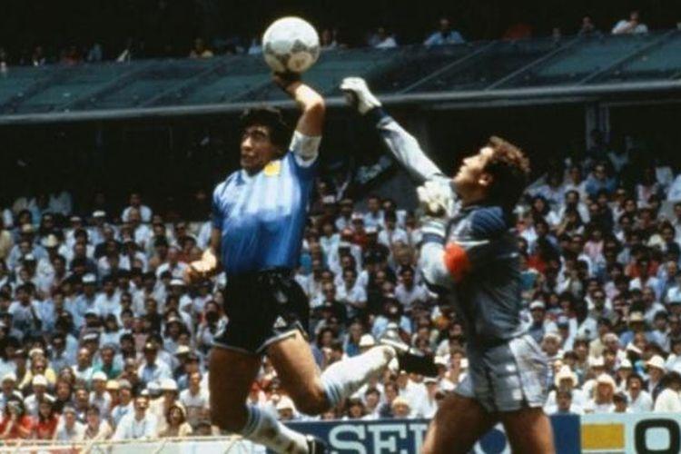 Pemain Argentina, Diego Maradona (tengah), mencetak gol menggunakan tangannya ke gawang Inggris yang dijaga Peter Shilton (kanan), pada babak perempat final Piala Dunia 1986.