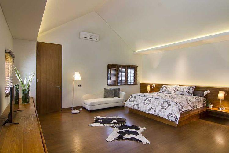 Kombinasi cat warna putih dan material kayu di kamar tidur karya Erwin Kusuma