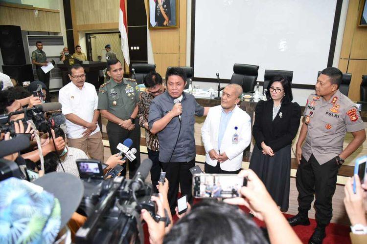 Gubernur Sumsel Herman Deru saat menunjuk juru bicara tim Satgas Corona Sumatera Selatan Profesor Yuwono, Senin (16/3/2020).