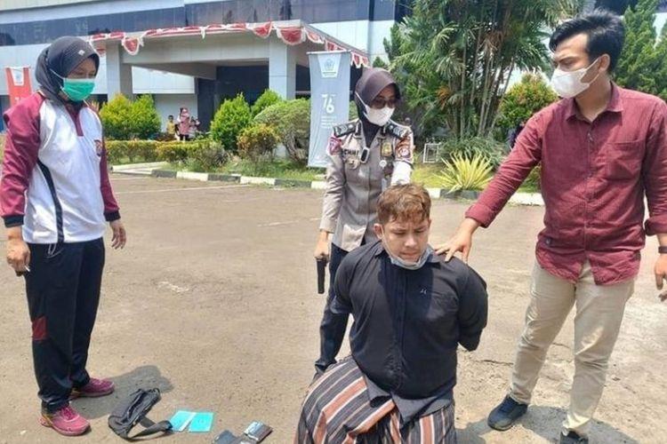 Dua Polwan Polda Banten menangkap pelaku pencurian di minimarket