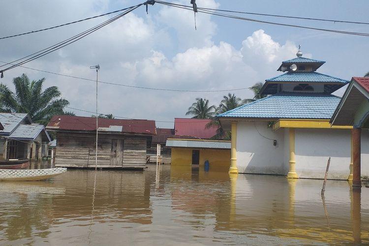Ketinggian banjir perlahan mulai bertambah di permukiman warga Desa Buluh Cina, Kecamatan Siak Hulu, Kabupaten Kampar, Riau, Minggu (22/12/2019).