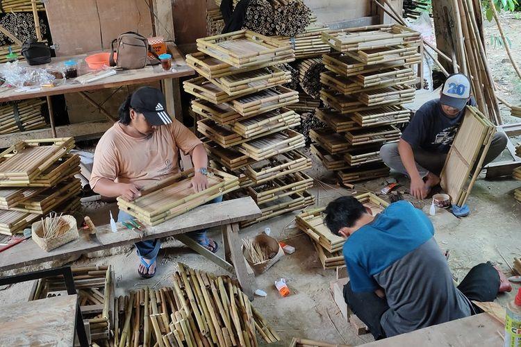 Rumah produksi bambu milik Mujimin di Pedukuhan Nabin, Kalurahan Sidomulyo, Kapanewon Pengasih, Kabupaten Kulon Progo, Daerah Istimewa Yogyakarta. Dari rumah ini, 40.000 baki atau nampan dibikin untuk diekspor ke Belanda.