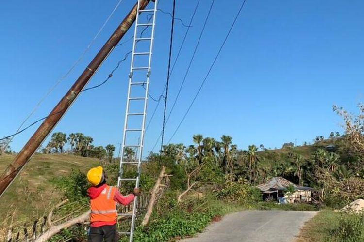 Petugas PLN NTT memperbaiki jaringan listrik yang rusak di Kabupaten Sabu Raijua