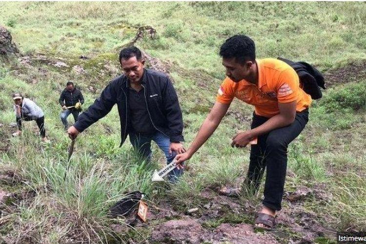 Polisi ketika melakukan olah TKP di lokasi jatuhnya Gus Andyka, pendaki yang sedang mendaki Gunung Batur, Minggu (8/3/2020)