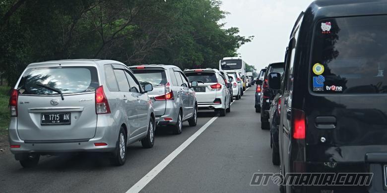Pelanggaran lalu lintas bahu jalan di tol Cikampek