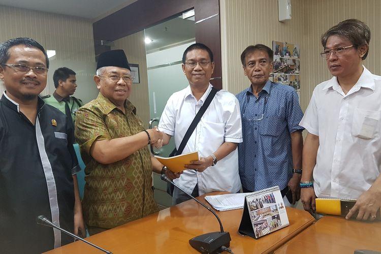 Ketua LSM Maju Kotanya Bahagia Warganya (Mat Bagan) Sugiyanto saat melaporkan politisi PSI ke Badan Kehormatan DPRD DKI