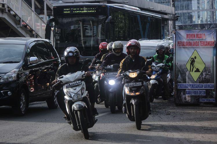 Kemacetan yang disebabkan oleh lubang galian di Jalan Gatot Subroto, Kuningan Timur, Jakarta Selatan, Selasa (4/3/2020). Akibat adanya galian tersebut, penyempitan jalur dari dua lajur menjadi satu lajur.