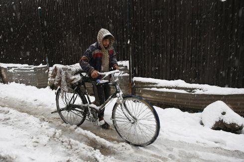India Lockdown, Pria Ini Bersepeda 12 km Gendong Istrinya yang Terluka