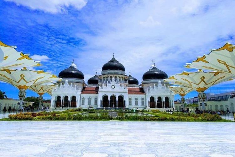 Masjid Raya Baiturrahman di Banda Aceh dibangun pada masa kepemimpinan Sultan Iskandar Muda Kerajaan Aceh.