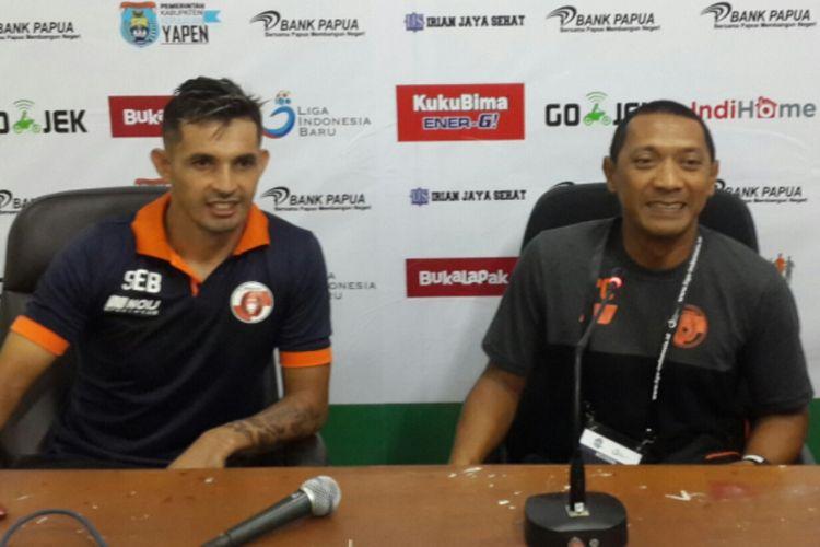 Pelatih Perseri Serui, I Putu Gede Dwi Santoso (kanan) dalam konferensi pers usai mengalahkan Sriwijaya FC di Stadion Gajayana, Kota Malang, Minggu (27/5/2018) malam.
