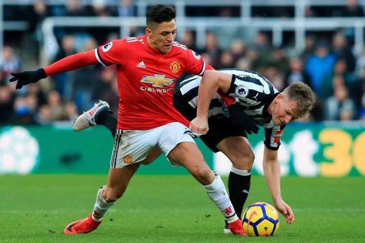 Alexis Sanchez dan Matt Ritchie berebutan bola saat Newcastle United menjamu Manchester United pada pertandingan Premier League di Stadion St. James' Park, Minggu (11/2/2018).