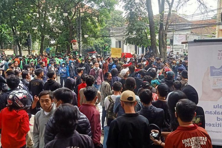 Pintu gerbang Balai Kota Bandung, Jalan Wastukencana, Kota Bandung, Senin (21/7/2021), dipenuhi massa aksi demonstrasi.