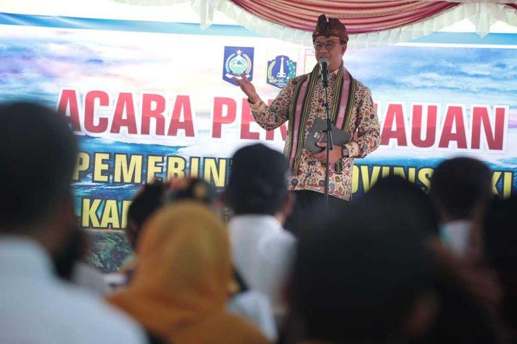 Gubernur DKI Jakarta Anies Baswedan berkunjung ke Lombok Timur, Nusa Tenggara Barat, untuk meninjau sekolah yang rusak akibat gempa Lombok 2018 dan diperbaiki menggunakan dana bantuan keuangan dari Pemprov DKI, Rabu (18/12/2019). Anies juga menyerahkan bantuan Pemprov DKI berupa komputer dan buku untuk peserta didik di Lombok.