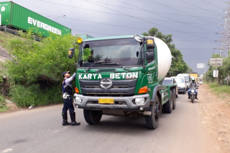 Ilustrasi truk: Petugas Dinas Perhubungan (Dishub) Kota Bekasi memberikan sosialisasi kepada supir truk terkait pelarangan truk bertonase lebih dari 8 ton melintas di Jalan KH. Noer Ali, Bekasi Barat, Kota Bekasi, Senin, (26/11/2018).