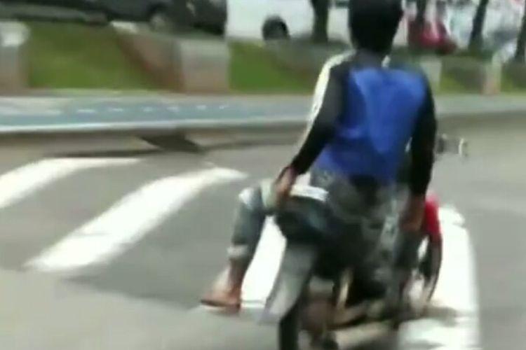 Video viral di media sosial memperlihatkan aksi pria naik motor dengan duduk bersila dan lepas tangan. Aksi berbahaya pria itu dilakukan di jalan kawasan Bintaro, Pondok Aren, Tangerang Selatan.