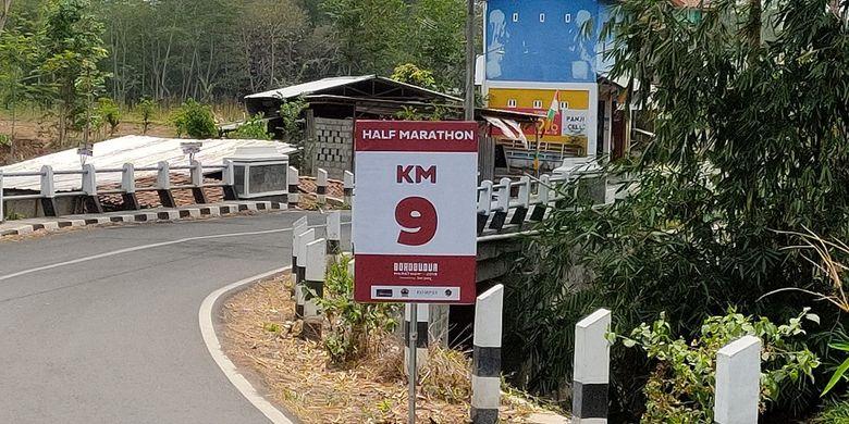 Papan informasi Half Marathon di perhelatan Borobudur Marathon 2019 yang berada di sekitar Tuksongo, Borobudur, Magelang, Jawa Tengah, Rabu (13/11/2019).