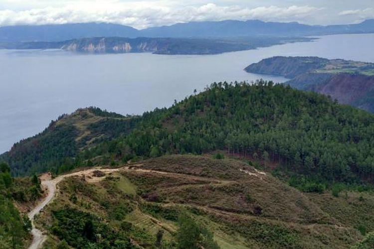 Pemandangan Danau Toba yang terlihat dari obyek wisata reliji Bukit Doa Tapanuli Bersinar (Taber) di Huta Ginjang, Kecamatan Muara, Kabupaten Tapanuli Utara, Sumatera Utara. Foto diambil Jumat (9/9/2016).