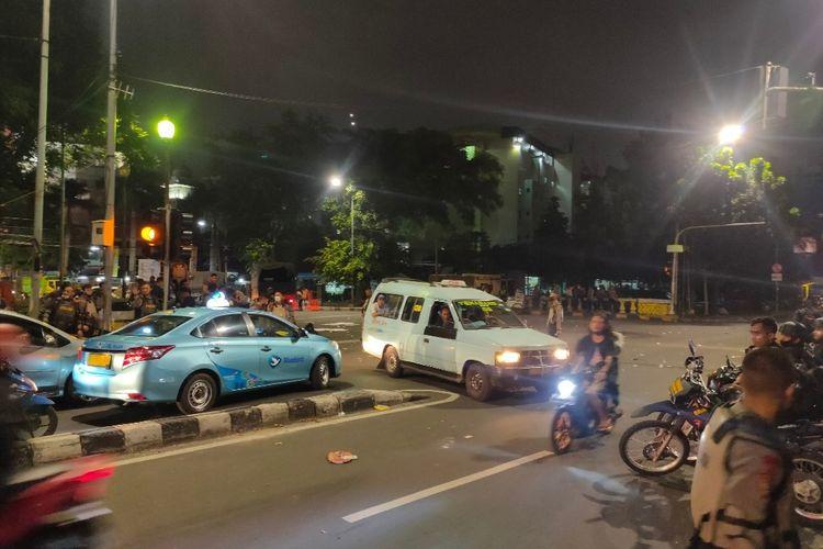 Kawasan Jalan Abdul Muis, Jakarta Pusat masih dijaga ketat Kepolisian usai bentrok antara petugas dan pedemo tolak Undang-Undang Cipta Kerja, Selasa (13/10/2020)
