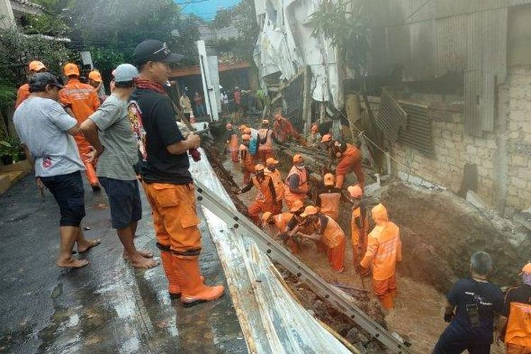 Turap di perumahan Silah Hills di Jalan Warung Silah, Ciganjur, Jagakarsa, Jakarta Selatan, longsor pada Kamis (11/3/2021)