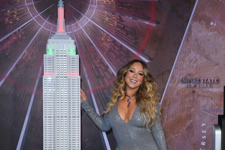Penyanyi Mariah Carey menyalakan lampu Empire State Building untuk merayakan 25 tahun lagu All I Want For Christmas Is You di New York City, pada 17 Desember 2019.