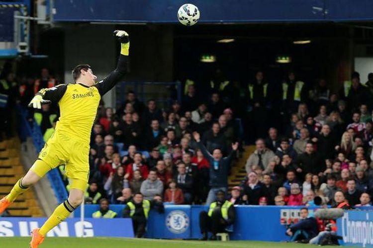 Kiper Chelsea, Thibaut Courtois, saat gagal mengantisipasi bola tendangan gelandang Stoke City, Charlie Adam pada lanjutan laga Premier Laegue di Stamford Bridge, Sabtu (4/4/2015).