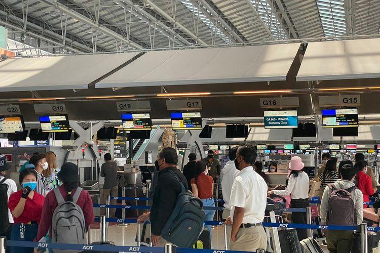 Para WNI di Bangkok menunggu penerbangan kembali ke Tanah Air.