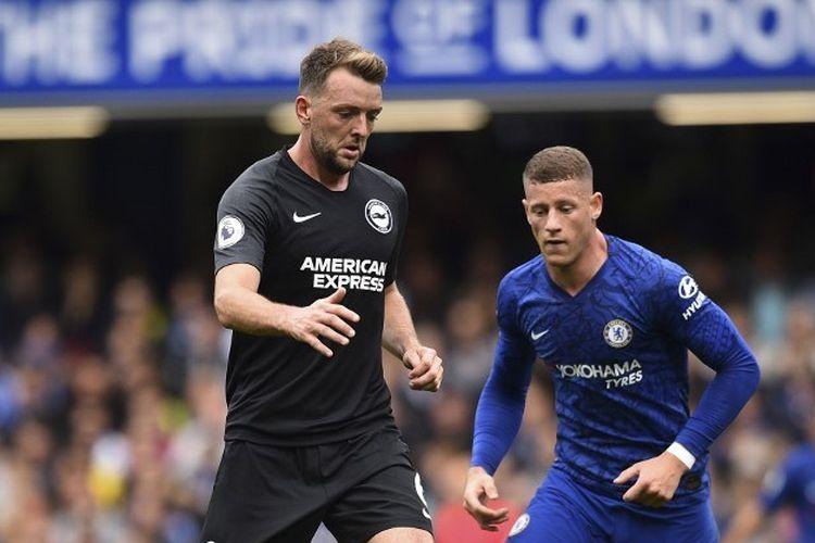 Gelandang Brighton, Dale Stephens (kiri), mengawal pergerakkan pemain Chelsea Ross Barkley (kanan) dalam pertandingan Liga Inggris antara Chelsea vs Brighton and Hove Albion di Stamford Bridge, Sabtu (28/9/2019).