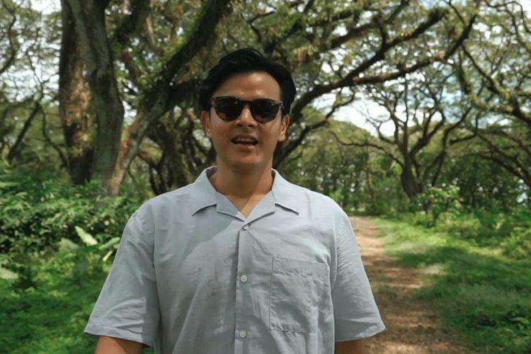 Aktor dan Travel Enthusiast, Dion Wiyoko saat berwisata di De Djawatan, Banyuwangi, Jawa Timur.