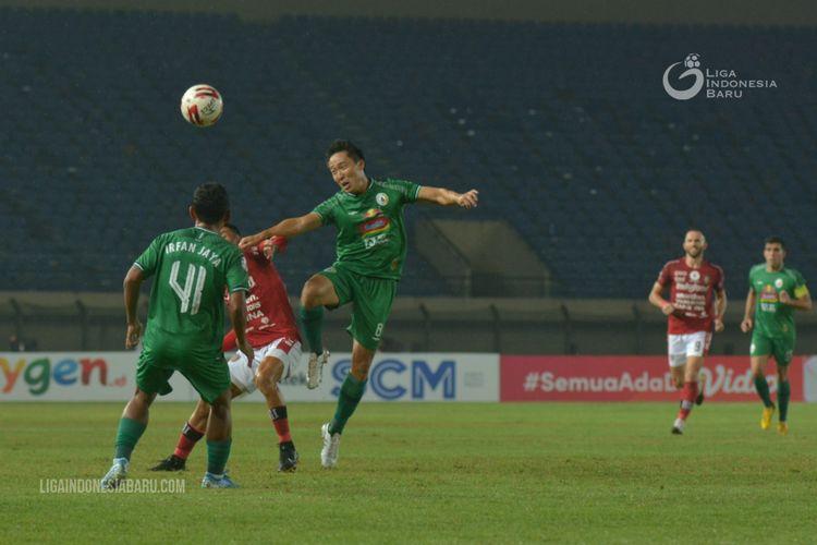 Pemain PS Sleman Arthur Irawan dengan pemain Bali United saat babak 8 besar Piala Menpora 2021yang berakhir dengan adu penalti 4-2 di Stadion Si Jalak Harumpat Bandung, Senin (12/04/2021) malam