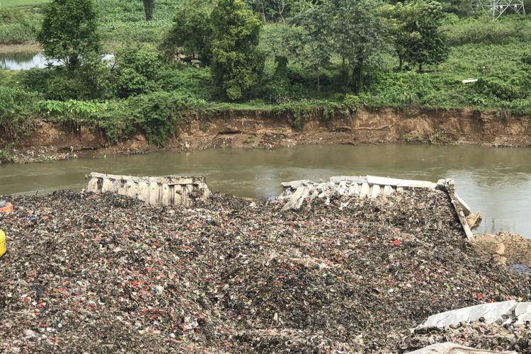 Turap TPA Cipeucang yang jebol persis di pinggir Sungai Cisadane.