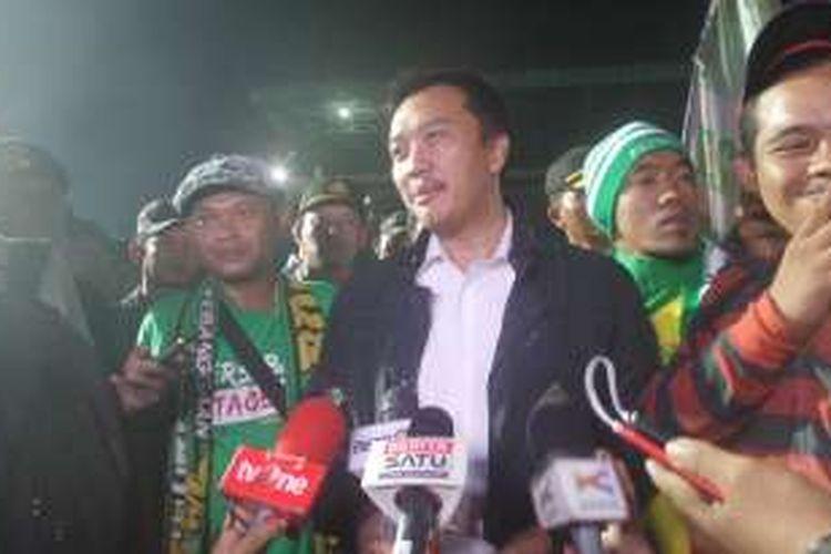 Selasa (2/8/2016), Menteri Pemuda dan Olahraga, Imam Nahrawi mendatangi ratusan Bonek yang berada di  Stadion Tugu, Jakarta Utara