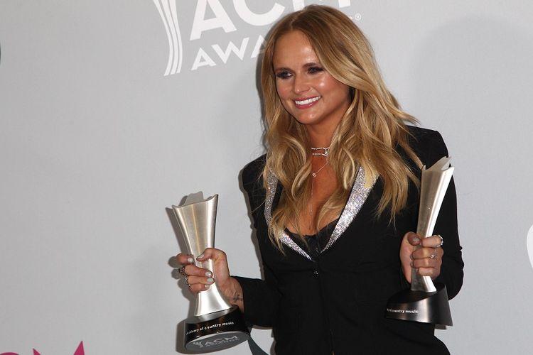 Penyanyi country Miranda Lambert memamerkan dua penghargaan yang diperolehnya, yakni Female Vocalist of the Year dan Album of the Year,  pada Academy of Country Music Awards ke-52 di T-Mobile Arena, Las Vegas, AS, Minggu (2/4/2017).
