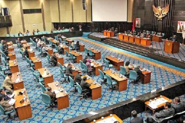 Suasana Rapat Paripurna DPRD DKI Jakarta dengan agenda penyampaian Rancangan Peraturan Daerah tentang Anggaran Pendapatan dan Belanja Daerah DKI 2015, Senin (12/1).