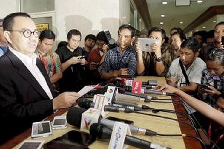 Menteri Energi Sumber Daya Mineral (ESDM) Sudirman Said memberikan keterangan pers di depan ruang   Majelis Kehormatan Dewan (MKD) usai  melaporkan tentang oknum politisi yang menyalahgunakan nama Presiden dan Wakil Presiden,  di Gedung MPR DPR, Jakarta, Senin (16/11/2015). Sudirman Said melaporkan nama, waktu, tempat kejadian, dan pokok pembicaraan yang dilakukan oknum Anggota Dewan Perwakilan Rakyat dengan pimpinan PT Freeport, dan berharap MKD menindaklanjuti kasus tersebut.