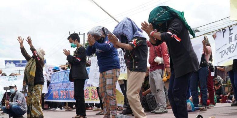 Ibu-ibu dan aliansi masyarakat sipil berdemonstrasi menolak rencana tambang di depan kantor Pemkab Dairi, Sumatera Utara.