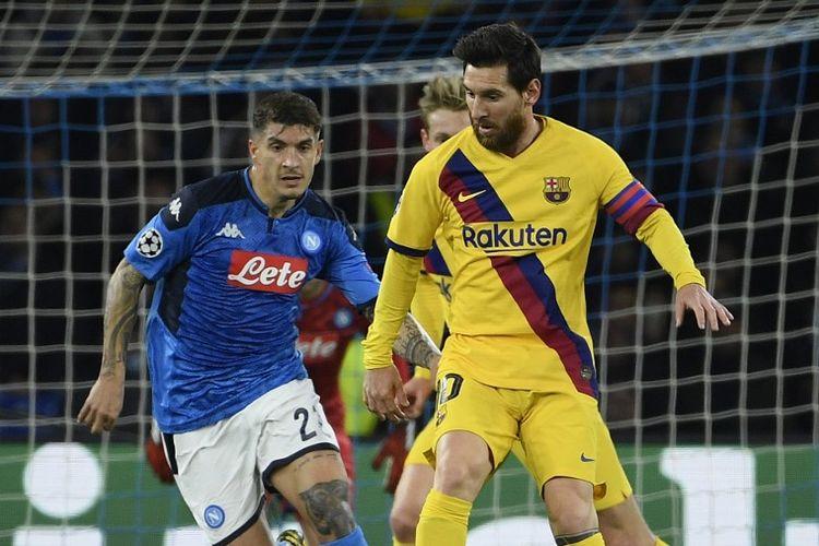 Bek Napoli, Giovanni Di Lorenzo, dan penyerang Barcelona, Lionel Messi, dalam laga Napoli vs Barcelona pada leg pertama babak 16 besar Liga Champions 2019-2020 di Stadion San Paolo, Rabu (26/2/2020) dini hari WIB.