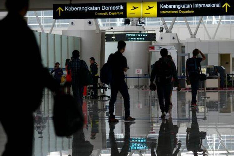 Calon penumpang memasuki ruang tunggu keberangkatan di Terminal 2 Bandara Juanda, Sidoarjo, Jawa Timur, Minggu (1/3/2015).