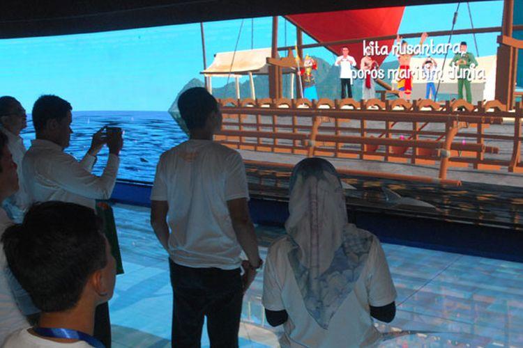 Sejumlah awak media menyaksikan wahana baru Sinema Interaktif Petualangan Raka Samudraraksa di museum kapal Samudraraksa komplek (TWC) Borobudur, Magelang, Jawa Tengah, Selasa (12/6/2018). Wahana baru sinema interaktif yang dikemas secara modern dan edukatif tersebut menayangkan sejarah ekspedisi pelaut Nusantara pada abad ke-8 hingga kapal Samudraraksa terpahat di relief Candi Borobudur dan akan mulai dibuka tanggal 15 Juni 2018.