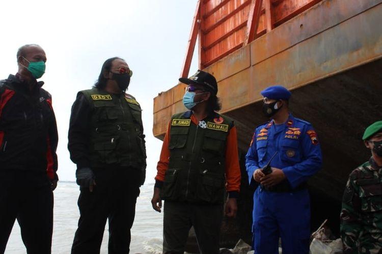 Wali Kota Dedy Yon dan jajarannya beserta petugas TNI Polri meninjau keberadaan kapal tongkang yang terdampar di pantai Kota Tegal, Selasa (19/1/2021) (Ist)