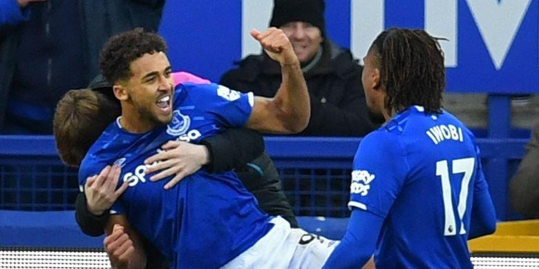 Striker Everton, Dominic Calvert-Lewin, merayakan gol pada laga Liga Inggris kontra Chelsea di Goodison Park, Liverpool, 7 Desember 2019.