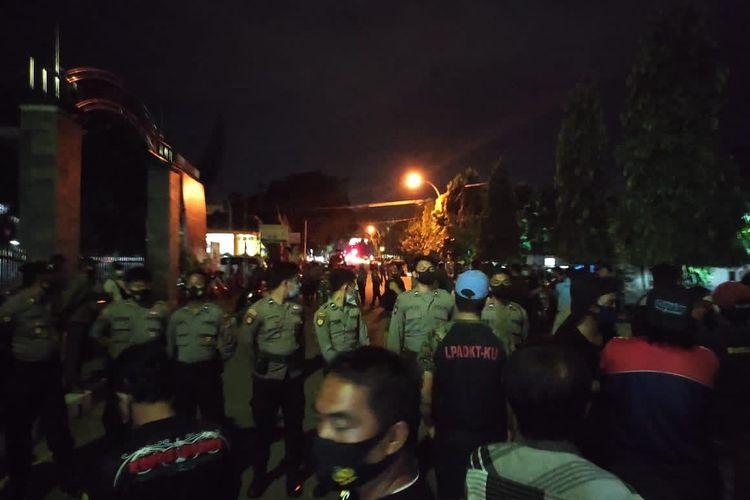 Situasi penyerangan yang terjadi di markas calon Wakil Wali Kota Bontang, Joni Muslim di Jalan MH Thamrin, Kota Bontang, Kalimantan Timur, Jumat (27/11/2020) malam.
