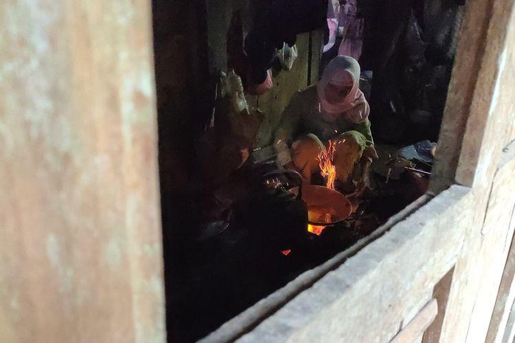 Suratinem (70) naik turun gunung di Kalurahan Pendoworejo, Girimulyo, Kulon Progo, DI Yogyakarta. Ia rela jalan kaki sampai 6 km demi  melaporkan tugas pekerjaan sekolah cucunya, sekaligus mengambil tugas berikutnya.