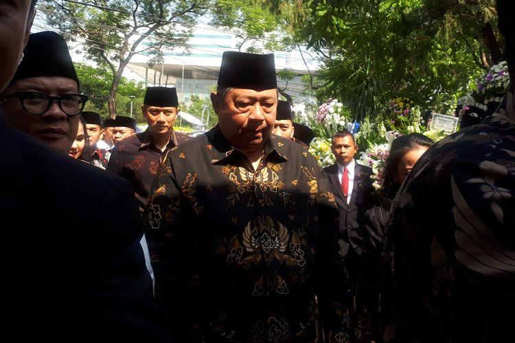 Presiden keenam Republik Indonesia Susilo Bambang Yudhoyono (SBY) melayat ke rumah duka Presiden ketiga Republik Indonesia Bacharuddin Jusuf Habibie, di Jalan Patra Kuningan XIII Blok L15/7 No.5, Setiabudi, Jakarta Selatan.