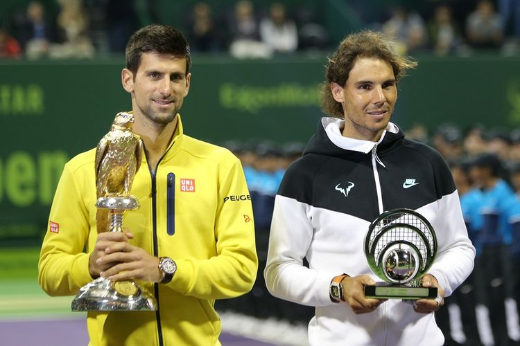 Petenis Serbia, Novak Djokovic (kiri), berpose bersama Rafael Nadal (kanan) setelah pertandingan final Qatar Terbuka di Doha, 9 Januari 2016.